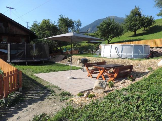 Unser Garten steht ihnen mit Grillmöglichkeit mit Tisch und Bänke, Liegewiese mit Liegen, Pool und Trampolin zur Verfügung